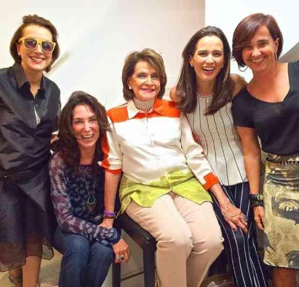 """Nesta foto com as amadas Isabela Lage, Sonia Isnard, Joana Nolasco e a """"locutora que voz fala"""", na ViaFlores... Nesta foto dá pra ver bem o """"efeito amassado"""" da organza!"""