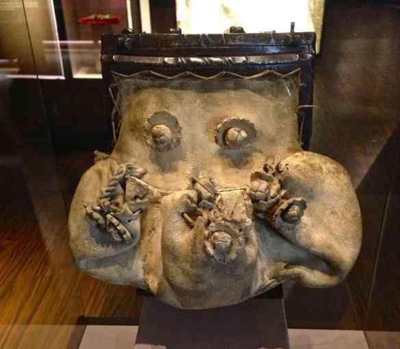 Eis a preciosa bplsa em couro de cabra e ferragens, feita na França no século XVI.