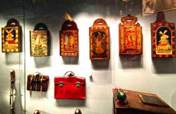 Vejam as bolsas/carteiras em madeira pintada: Merendeira que apoiava os cadernos nas escolas precárias do século XIX.