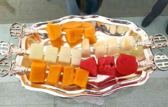 Vejam que maneira linda de servir as frutas... Sorry em entediar as que já fazem assim há muito....