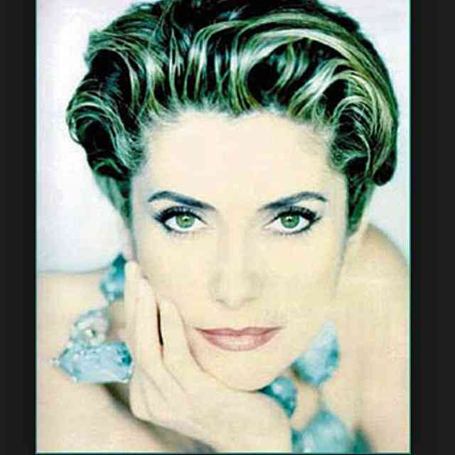 Hoje é aniversário da musa Catherine Deneuve que passa a vida a nos encantar com seu talento e beleza! ???