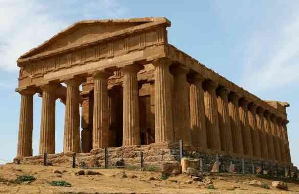 Templo da espetacular acrópole se Agrigento... Parece terracota.