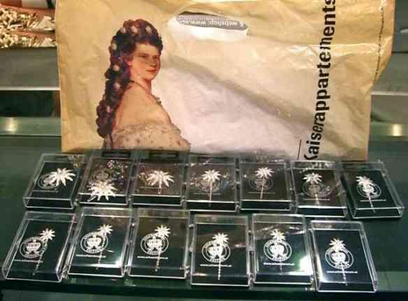 Termino com a coleção dos broches, saídos da sacola da lojinha do Museu