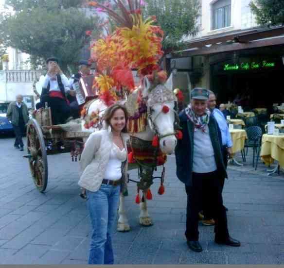 Numa praça de Taormina com uma de suas famosas charretes!
