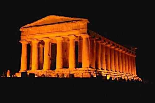 Vista de um dos templos da acrópole de Agrigento: vejam como o efeito de luz, à noite, é de tirar o fôlego!
