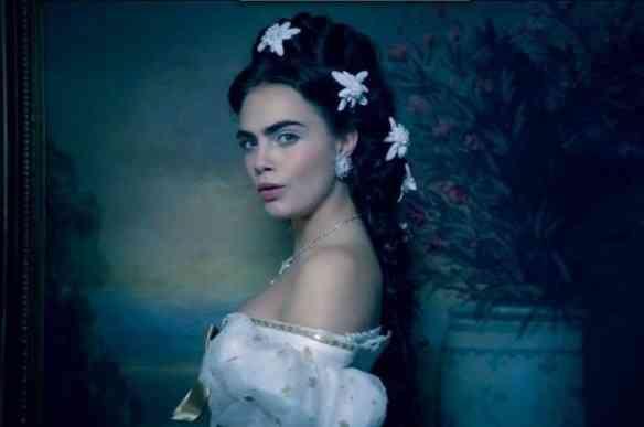 Eis a linda Cara Delevigne dublando Sissy, na campanha da Chanel... Notem que os famosos broches foram repaginados por Lagerfeld!
