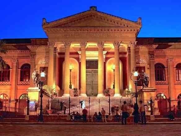 Prédios lindos esperam por nós na capital Siciliana, como o do Teatro de Palermo, cujas escadarias foram palco da morte de Mary Corleone, ao som de Cavallaria Rusticana, no maravilhoso Chefão III