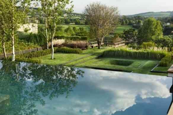 O jardim visto da piscina...