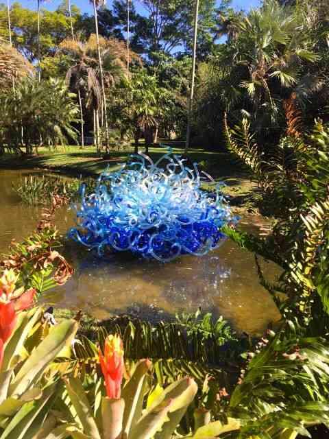 Vejam a beleza do contraste da escultura com o jardim...