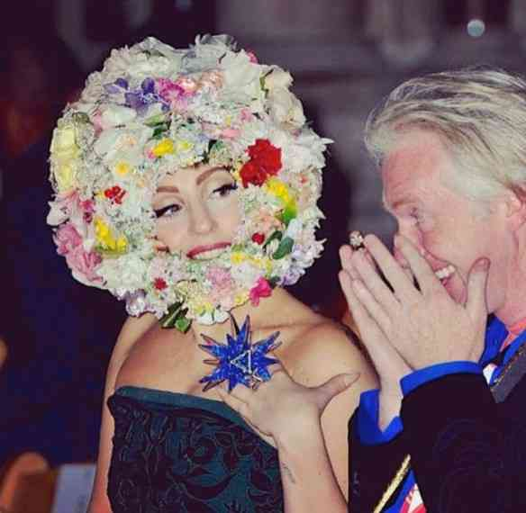 "O chapeleiro das ""celebs"", Philip Treacy, e a cliente lady Gaga e seu chapéu..."