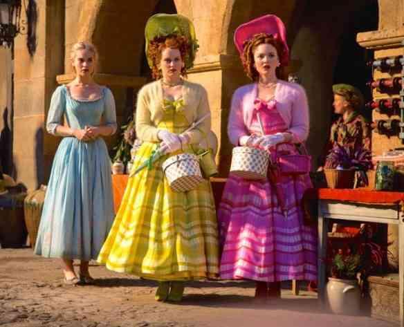 Sophie McShera como Drisella e Holliday Grainger como Anastasia são diversão master com seus looks ridículos!