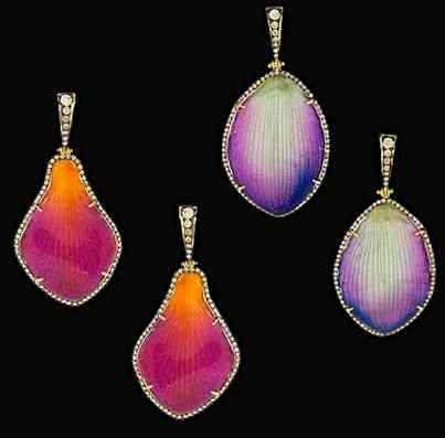 Começo por estes dois pares que têm em comum,  mais romântica das matérias primas: São feitos sobre pétalas de orquídeas resinadas e enfeitadas com o de mais precioso!
