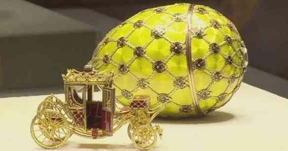"""O deslumbrante ovo """"Coroação"""", de 1897, com o qual Nicolau e Alexandra comemoraram a deles, é considerado uma das obras primas do joalheiro e também está no museu!"""