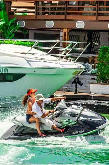 Esta cena al mare é perfeita pois, além do mais, o casal usa uFrog: Limusine para os pés!