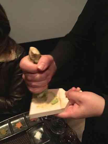 O wasabi, ou raiz forte, sendo preparado na hora!