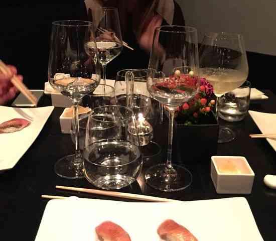 """Nossa mesa não era na """"área vip""""  do paraíso, isto é, no bar de sushi, mas te prometo que não faz muita diferença: Comemos como anjos!"""