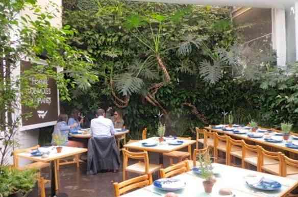 Instalado numa casa térrea muito agradável, o restaurante tem uma área coberta e esta delícia de, digamos, jardim de inverno. Noves fora a comida deliciosa!