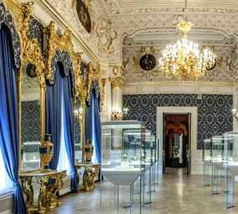 Sucessão de salas lindas que mostram uma coleção bárbara de objetos de arte decorativa r