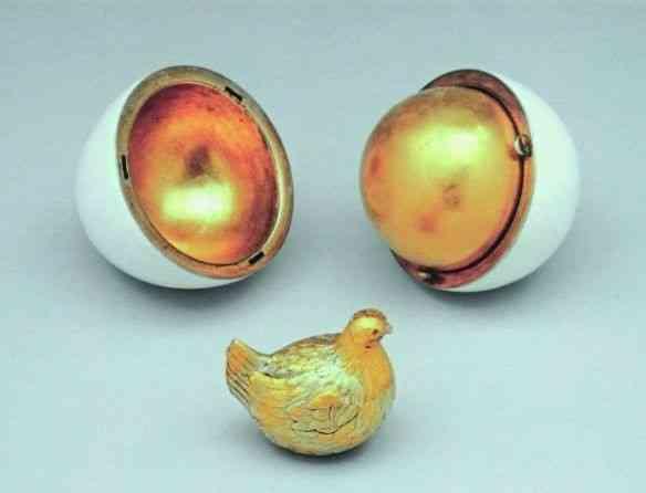 Sinônimo de esplendor da Rússia imperial, este é o primeiro ovo que Faberger fez para Alexandre II presentear a tzarina Maria Feodorovna, na Páscoa de 1885. Parte preciosa do acervo!