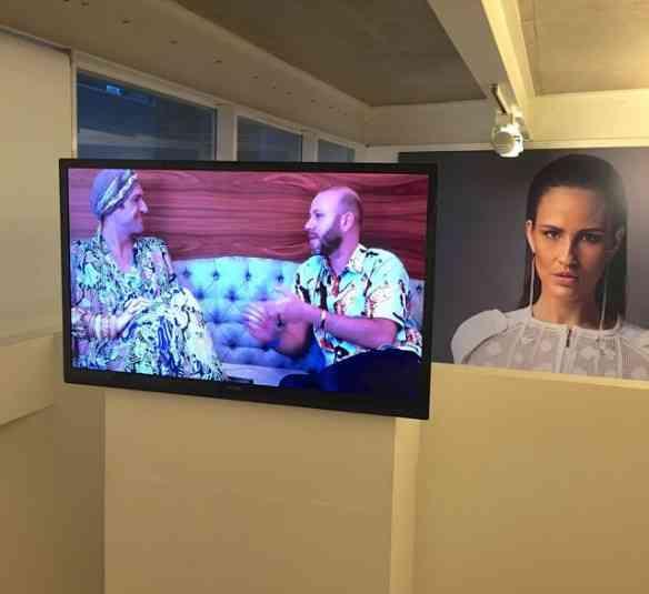 Este é o vídeo que conta toda a história da montagem da exposição, estrelado pelo curador Dudu Bertholini, na foto à esquerda.
