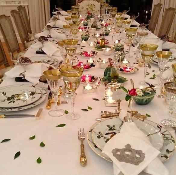 Outro deslumbre de mesa, toda salpicada de folhas pra combinar com as do desenho da linda porcelana Pássaros do Brasil!