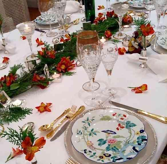 """Outra mesa de natal linda, sempre usando uma porcelana clássica (Papillon Limoges) e dando o """"toque natalino"""" com os enfeites. Chic!"""
