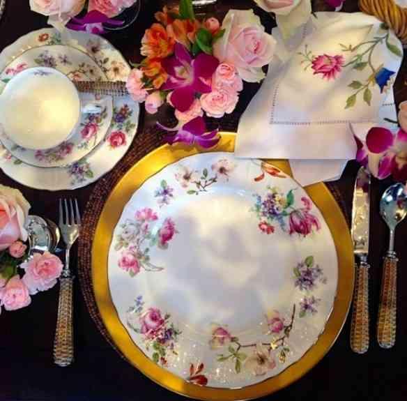 Amei esta mesa super alegre com porcelana Ilha das Flores: