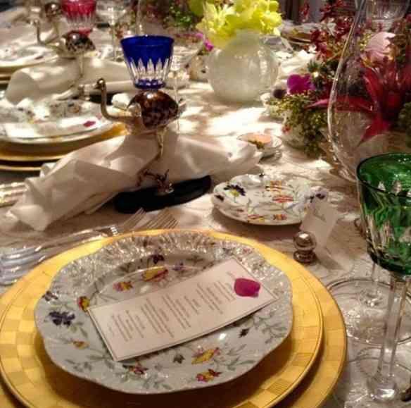 Requinte em cada detalhe desta mesa linda onde pontifica a porcelana Limoges Fleur Royale!