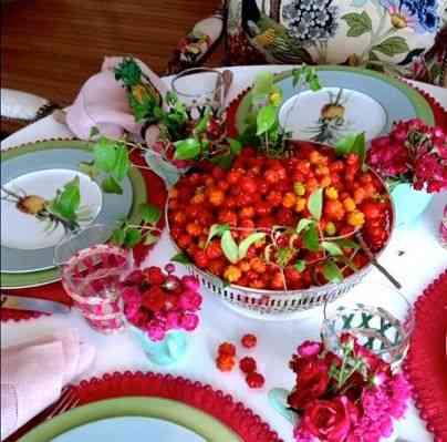 Encantadora esta mesa com pitangas do pomar e porcelana Abacaxi: Brasilidade na veia!