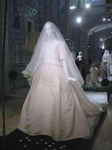 Fecho com o lindo maravilhoso vestido de Carolina Herrera, com que Diana de Cadaval casou-se com o Príncipe de Anjou: conto de fadas da vida real!