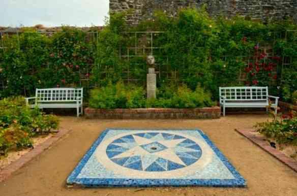 Les Rhumbs é a divisão de uma rosa dos ventos... Esta está no jardim.