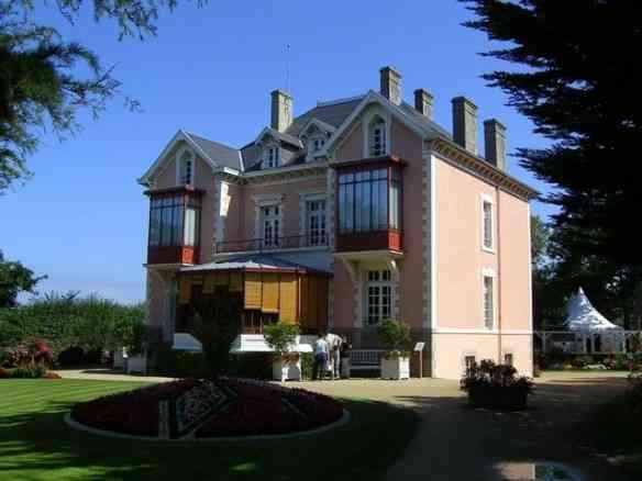 Outro ângulo da adorada casa da infância de Christian Dior!