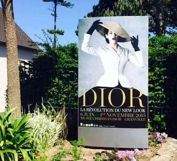 """Cartaz da exposição """"Dior, La Revolution du New Look""""."""