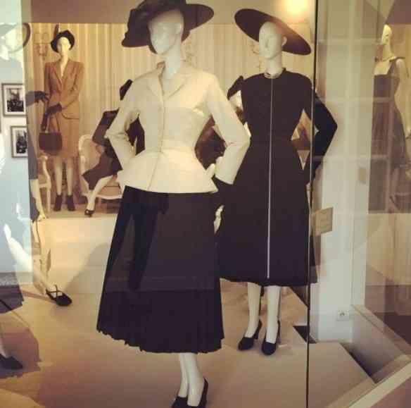 """Eis o emblemático """"tailleur bar"""" da primeira coleção de Dior, apresentada em Paris no dia 12 de julho de 1947: revolução!"""