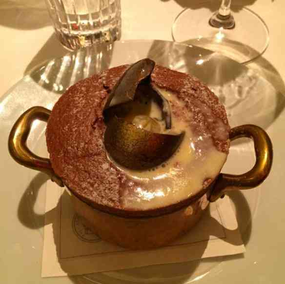 Gran finale: o suflê encontra sua calda escondida no lindo ovo... Me lembrou Fabergé!
