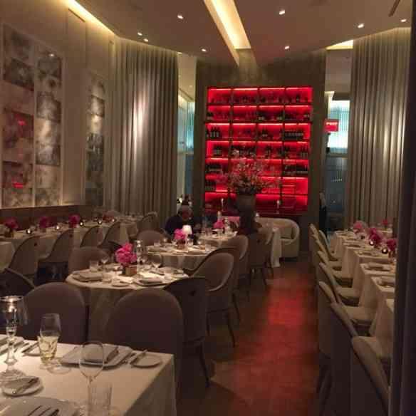 """Eis a beleza do salão do restaurante Chevalier, onde  deslumbrantes """"bouquets"""" com flores da estação, pontificam!"""