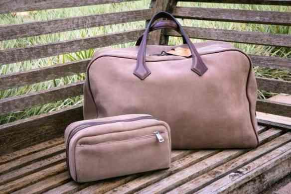 Vejam que lindas a mala de mão da Triagecouros, coordenadas com a necessaire: