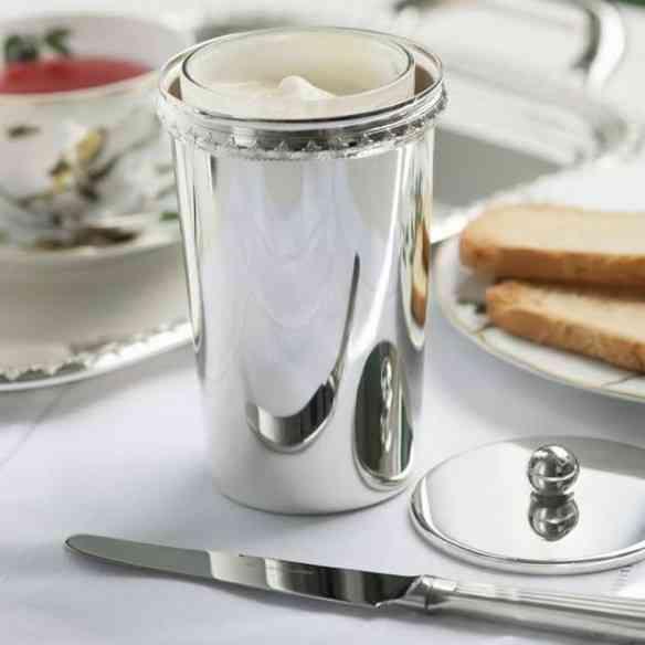 Porta requejão de prata pra nosso café da manhã parecer com o de Buckingham Palace...