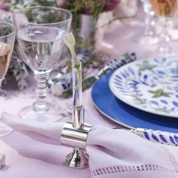 Não contente com as outras duas opções que mostrei acima, a TB desenvolveu esta terceira e romântica opção de marcador de lugar à mesa acoplado a um vasinho de flor. Imaginem o efeito lindo que eles dão ao conjunto!