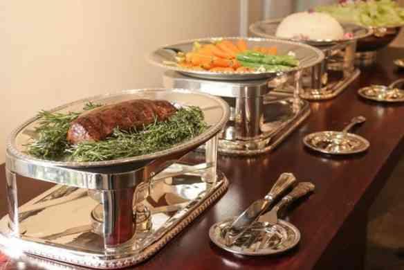 Nada mais elegante e digamos, higiênicos, estes porta talher para buffet!