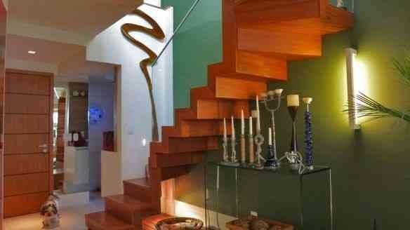 Mel, ao pé da escada, nos indica o segundo andar, vamos conhecer?