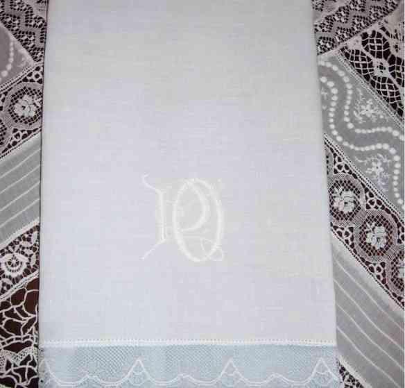 Nadia fez um acervo de tecidos, quando morou em Praga, e hoje os transforma em maravilhas como esta toalha de mão!