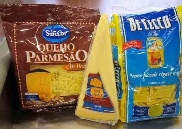 Os ingredientes fundamentais: queijo parmezão ralado em tiras, queijo Grana Padano e Penne mini!