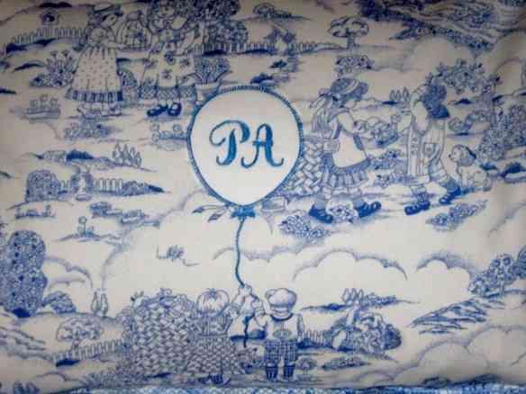 Travesseiro Toile de Jouy e monograma: muito chic!