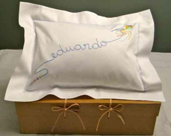 Outra mania que tenho, é dar estes travesseiros personalizados para os recém nascidos... Presente que abafa!