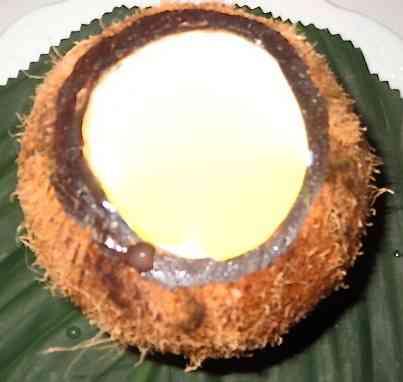 Ei-la!!! Aqui, arrumada dentro de um coco. Mas pode ser também enformada, como pudim!