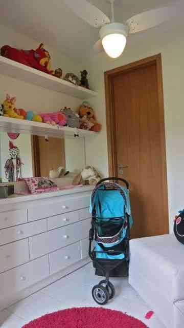 Outro ângulo do quarto: notem as prateleiras de brinquedos e a elegância do seu carrinho de passeio!