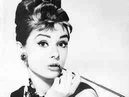 Imagina eu sentada numa mesa linda, encarnado Audrey e tendo à minha direita...