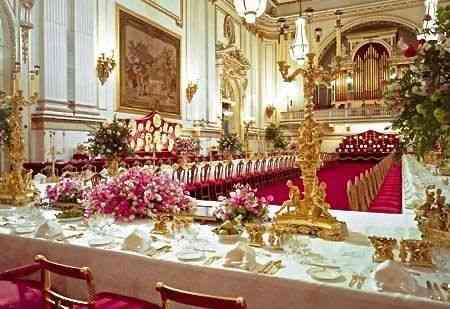 Imaginem o pobre do chefe do cerimonial da corte inglesa que tem marcar os lugares deste deslumbrante jantar em Buckingham Palace… Com certeza ia preferir nosso sorteio…