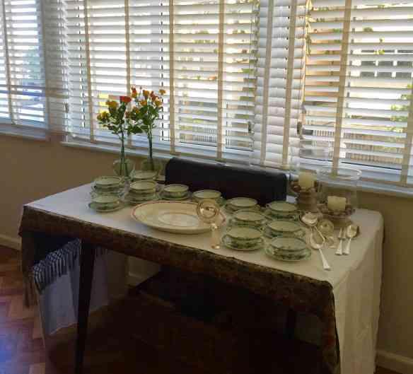 Acomodado entre as duas mesas onde almoçamos, para dar conforto a ambas, eis a evolução do aparador de Thera... Aqui, ele preparado para a entrada que era uma sopa de abóbora divina!